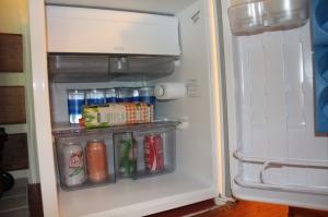 Frigobar com agua e refrigerante. O suco tem que pedir.