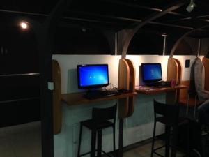 Computadores com acesso a internet a disposição