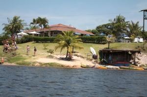 Lagoa para pedalinhos, caiaque e tirolesa